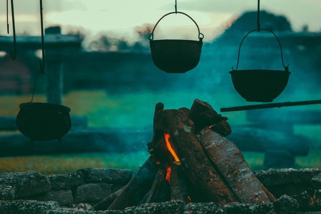 薄暗いキャンプ場
