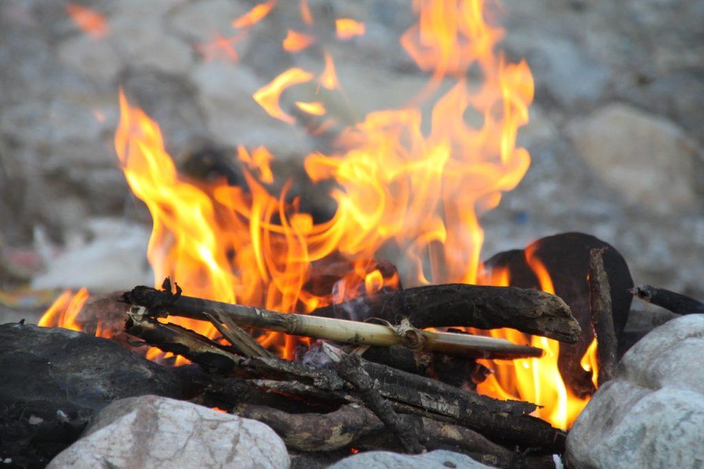 焚き火で暖をとる