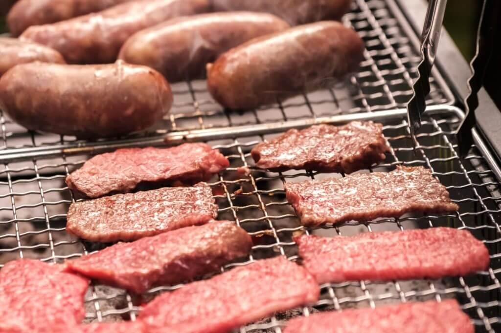 肉をたっぷり焼いているのバーベキュー