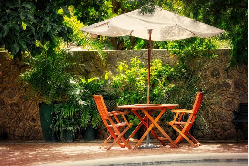 庭のパラソル付きテーブル
