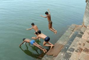 水に飛び込む子供たち
