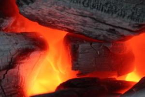 燃え盛る炭