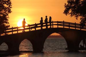 橋の上の家族と夕日
