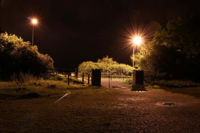 夜の公園でバーベキュー