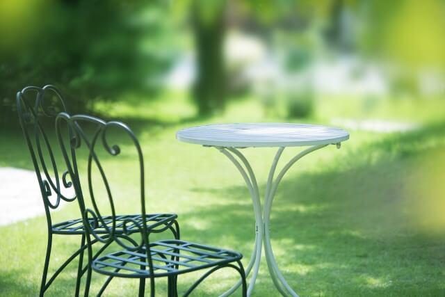 庭のテーブル