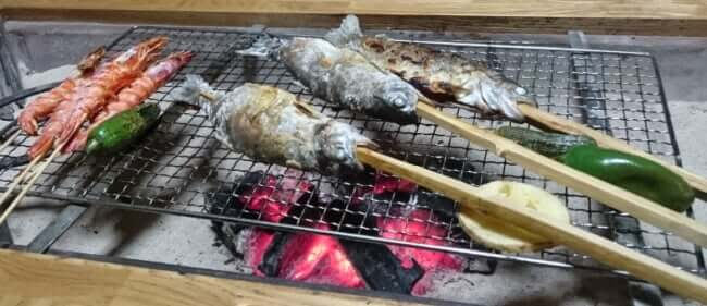 囲炉裏で炉端焼き