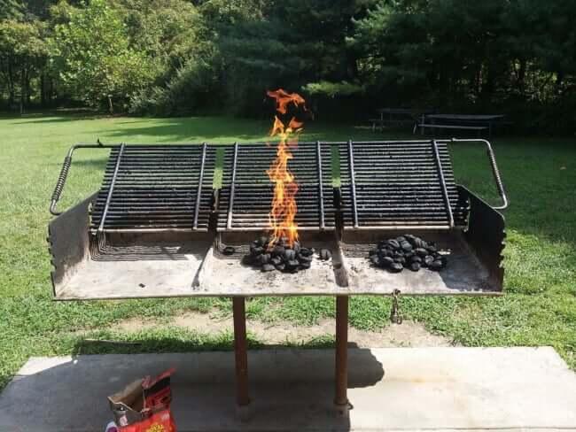 火起こししてバーベキュー準備